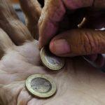 деньги на ладони пенсионера