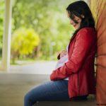 беременная женщина в красном