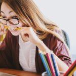 девушка грызет карандаш