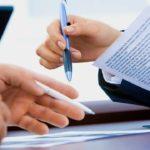 документы ручка люди