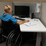 инвалид на коляске в офисе