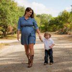 беременная с ребенком идет за руку