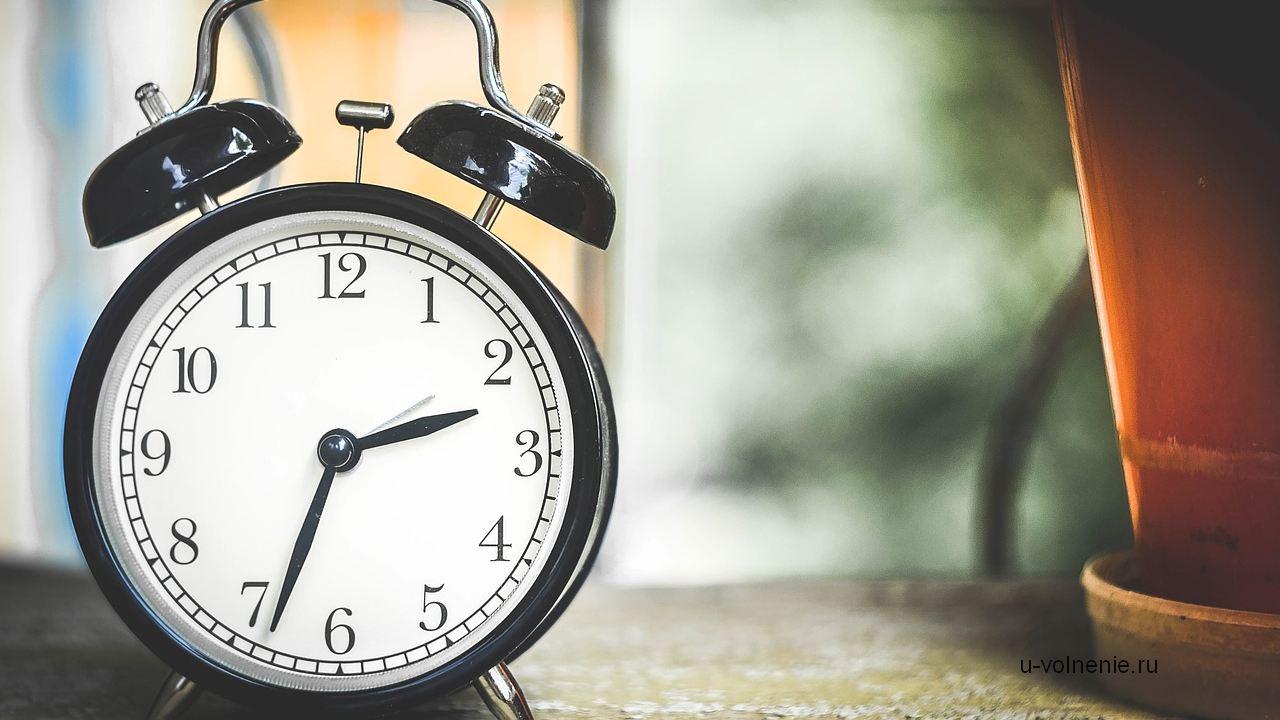 часы будильник на столе время