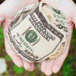 комок из денег в руках
