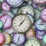 много часов разноцветных