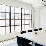 пустой офис стол окно