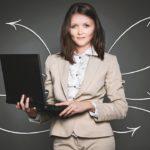 женщина директор с ноутбуком в руках