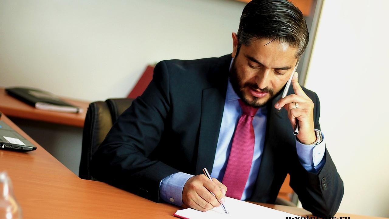 один работник костюм галстук пишет