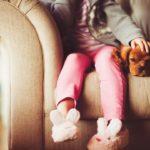 ребенок на диване с собакой