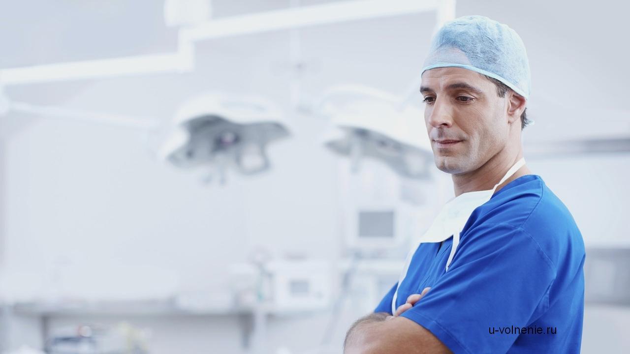 врач в синей одежде