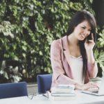 женщина в офисе с телефоном