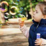 девочка мыльные пузыри