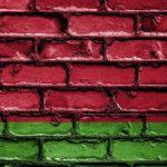 флаг беларусь на кирпичной стене