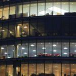 офисное здание стеклянные окна