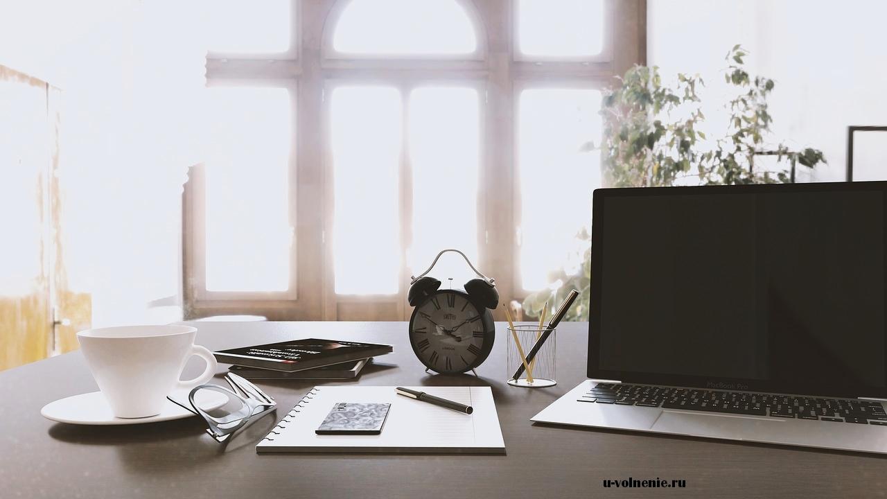офисный стол ноутбук часы карандаши блокнот чашка