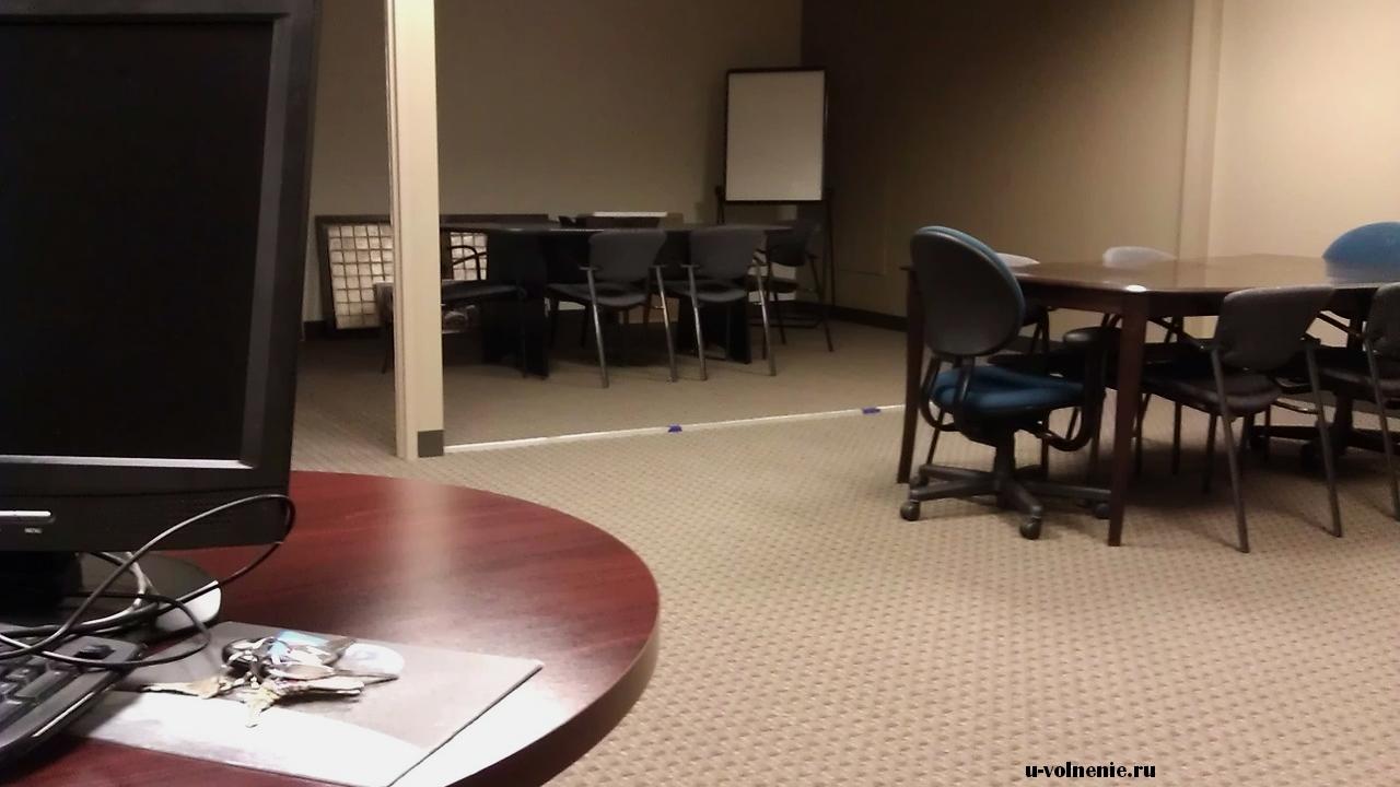 пустой офис столы стулья