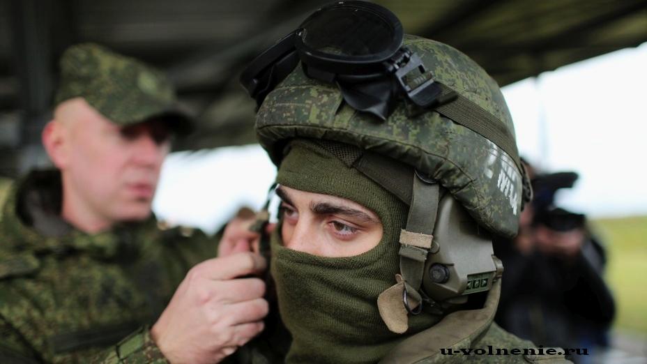 солдат в экипировке помогает солдату
