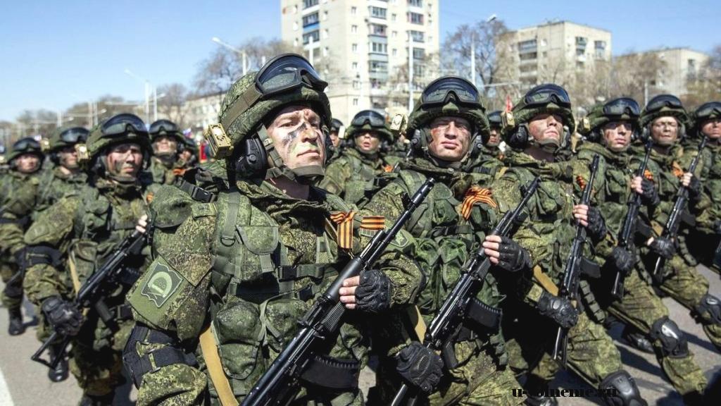 солдаты маршируют с оружием в камуфляже