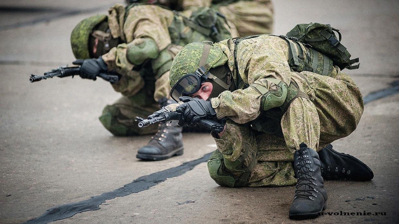 солдаты сидя целятся