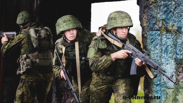 солдаты целятся из-за укрытия