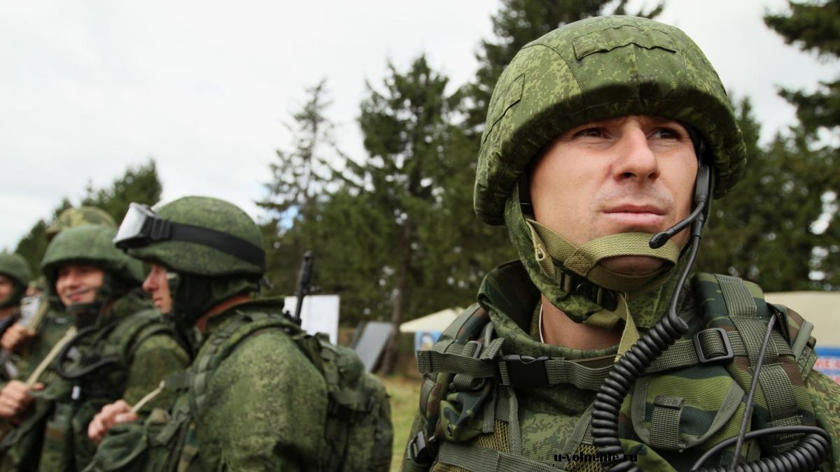 солдаты в экипировке построение