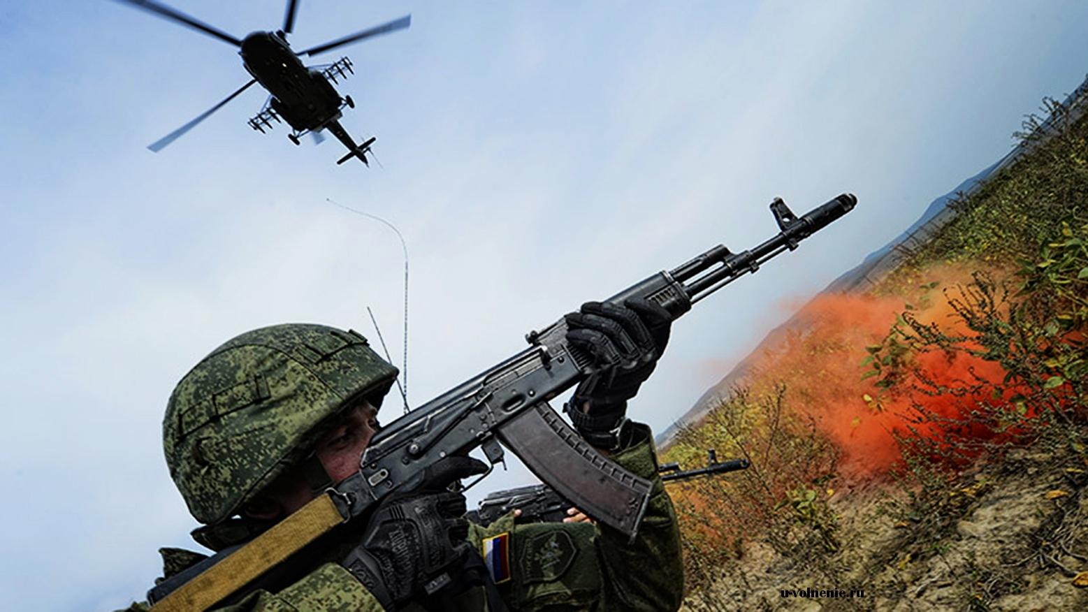 военнослужащий с автоматом и вертолет