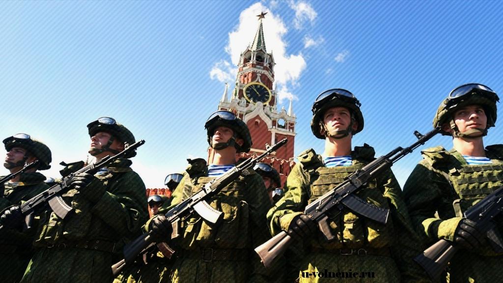 военные с автоматами на красной площади
