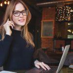 женщина бухгалтер в очках за ноутбуком