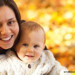 женщина с ребенком осень