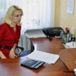 бухгалтер в красном платье