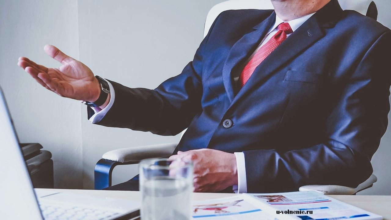 директор за столом синий костюм красный галстук