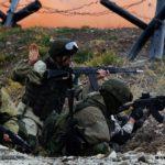 солдаты с автоматами в окопе