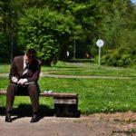 в парке мужчина в костюме