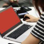 девушка ноутбук красный экран