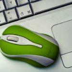 ноутбук и зеленая мышка