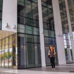 офисное здание бизнес женщина