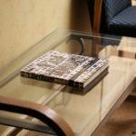 стеклянный стол книга стулья