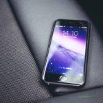 телефон на автомобильном сидении